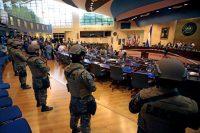 Soldados del ejército salvadoreño entraron a la Asamblea Legislativa en San Salvador el 9 de febrero.Credit...Salvador Melendez/Associated Press