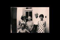 Los abuelos sirios de la autora rodeados de sus hijas.Credit...Imágenes facilitadas por la autora