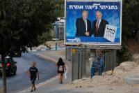 Cartel electoral del partido Likud que muestra al presidente de EE.UU. Donald Trump estrechando la mano del presidente del Likud y de Israel Benjamin Netanyahu. Israel, 8 de septiembre de 2019. Gil Cohen Magen / Shutterstock