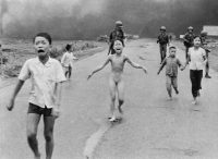 Phan Thi Kim Phuc, de nueve años (centro), al huir de su aldea en el sur de Vietnam en 1972. Se había despojado de su ropa quemada luego de que su comunidad fue bombardeada con napalm.Credit...Nick Ut/Associated Press