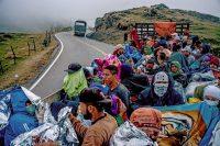 Venezolanos cruzan las montañas colombianas el año pasado.Credit...Federico Rios Escobar para The New York Times