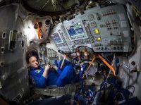 Scott Kelly dentro de un simulador Soyuz en el Centro de Entrenamiento de Cosmonautas Gagarin en Ciudad de las Estrellas, Rusia, preparándose para viajar a la Estación Espacial Internacional.Credit...Bill Ingalls/NASA