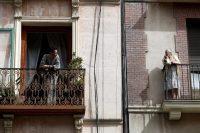 Dos vecinos en aislamiento hablan en Madrid, España, el 19 de marzo de 2020. (MARISCAL/EPA-EFE/Shutterstock)