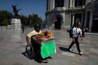 Guillermo González vende cigarros y cree que el coronavirus no es real, sino solo la última táctica para oprimir a los mexicanos que, como él, viven día a día. Foto del 24 de marzo de 2020. (Rebecca Blackwell)