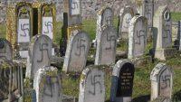 Tumbas pintadas con esvásticas en el cementerio judío de Westhoffen (Francia). Patrick HERTZOG AFP