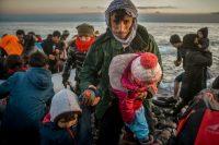 Lesbos, Grecia, 2 de marzo de 2020: Refugiados llegan a la isla griega de Lesbos después de cruzar en un bote el mar Egeo desde Turquía. Ververidis Vasilis / Shutterstock