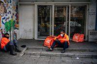 Un par de repartidores en las calles vacías de Bogotá el 1 de abrilCredit...Federico Rios para The New York Times