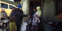 Zahari Alexandrov y un equipo de jóvenes voluntarios distribuyeron bolsas de comida en el barrio Fakulteta de Sofía, en nombre de la organización noruega Europe in Focus, que apoya a las comunidades marginadas de la región. Desde que comenzó la pandemia de COVID-19, muchas personas han perdido sus empleos e ingresos y necesitan ayuda alimentaria, especialmente los romaníes, muchos de los cuales viven en la pobreza extrema. (Foto de Jodi Hilton / NurPhoto a través de Getty Images)