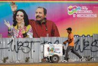 Un vendedor de helados pasa frente a un cartel con los rostros del presidente de Nicaragua, Daniel Ortega (D), y su esposa y vicepresidenta, Rosario Murillo, en Managua el 14 de abril de 2020. (Inti Ocon/ AFP )