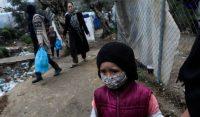 Una niña con mascarilla para protegerse de la covid-19 en el campo de refugiados de Moria, en Grecia.Elias Marcou / REUTERS