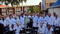 Miembros de la brigada Henry Reeve, que ayuda a Italia contra el coronavirus, en una ceremonia en La Habana, Cuba, el 22 de marzo de 2020. (ARIEL LEY ROYERO/EPA-EFE/Shutterstock)