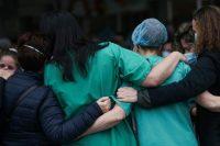 Le personnel soignant de l'hôpital Severo Ochoa à Leganes rend hommage à un infirmier de leur équipe décédé du Covid-19, le 13 avril. Photo Susana Vera. Reuters