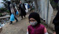 Una niña con mascarilla para protegerse de la Covid-19 en el campo de refugiados de Moria, en Grecia, el 2 de abril de 2020. Elias Marcou REUTERS