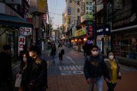 Una calle en Seúl, Corea del Sur. Aunque al principio estuvieron escasas, las mascarillas estuvieron más disponibles luego de que el gobierno compró una proporción sustancial de la producción nacional.Credit...Ed Jones/Agence France-Presse — Getty Images