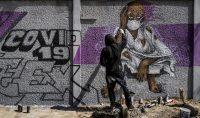 Un miembro del colectivo de graffiti senegalés RBS CREW pinta murales informativos para que los ciudadanos que no saben leer sepan cómo detener la propagación del coronavirus. Sylvain Cherkaoui AP Photo