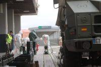 Efectivos del Ejército de Tierra se preparan para realizar tareas de desinfección. Foto: Iñaki Gómez/MDE