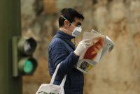 Un hombre lee un periódico en Sevilla, España, uno de los países más afectados por la pandemia. (Marcelo del Pozo/Getty Images)
