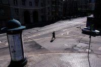 Una persona camina por una calle solitaria de Moscú. Credit... Dimitar Dilkoff/Agence France-Presse — Getty Images
