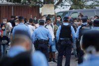 Migrantes hondureños piden no ser sometidos a cuarentena después de ser deportados desde México hacia Tegucigalpa, Honduras, en avión, el 14 de abril de 2020. (Jorge Cabrera)