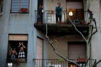 Vecinos en un edificio en España aplauden en honor a los profesionales de la salud. Credit Toni Albir/EPA vía Shutterstock