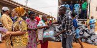 Los funcionarios del estado de Lagos entregan las bolsas de alimentos a las personas de la comunidad LCDA de Agbado y Oke-Odo en Lagos el 1 de abril de 2020. - Más de 20 millones de nigerianos el 30 de marzo de 2020, fueron confinados en la ciudad más grande de África subsahariana Lagos y la capital, Abuja, mientras el continente lucha por frenar la propagación del coronavirus COVID-19. (Foto de Benson IBEABUCHI / AFP) (Foto de BENSON IBEABUCHI / AFP a través de Getty Images)