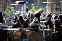 Ambiente en una terraza del centro de Estocolmo el 26 de marzo de 2020. EPA-EFE/Janerik Henriksson