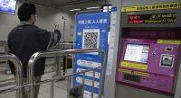 En Chine, le smartphone doit afficher un petit signe vert, pour «en bonne santé», pour prendre le métro ou aller à l'hôtel à Wuhan. Wuhan, avril 2020. — © keystone-sda.ch
