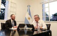 El presidente de Argentina, Alberto Fernández (a la derecha), en una reunión con su ministro de Economía, Martín Guzmán. Credit Esteban Collazo/Agence France-Presse — Getty Images vía Presidencia de Argentina