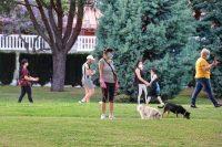 Paseantes en un parque de Huelva el 8 de mayo de 2020. agsaz / shutterstock