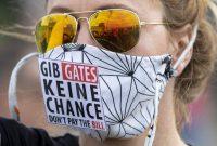 """Una mujer protesta frente al The Reichstag alemán contra las medidas de restricción llevando una mascarilla que dice: """"No des una oportunidad a Gates"""", el pasado 16 de mayo.Michael Sohn / AP"""