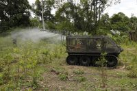 En esta foto del 18 de abril de 2018, la Policía antinarcóticos prueba un vehículo táctico para rociar herbicidas en un sembradío de coca en Tumaco, al sur de Colombia. (Fernando Vergara/AP Photo)