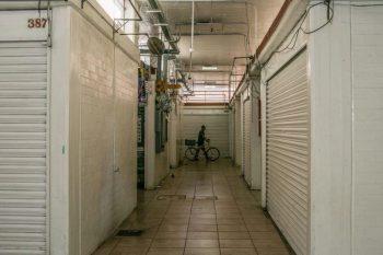 """Claudia González está preocupada, incluso aunque ella vende productos de limpieza, con mucha demanda en la pandemia. """"El coronavirus no nos asusta tanto, pero tenemos mucho miedo por nuestros ingresos""""."""