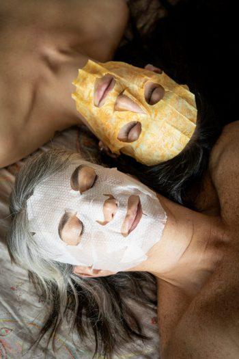 Mi madre y yo con máscaras faciales durante un día cualquiera de cuarentena. Estas máscaras las compré hace un año atrás para su cumpleaños, como excusa para pasar un tiempo juntas. Nunca las usamos, ya que seguramente no alcanzó el tiempo entre tantos otros compromisos.