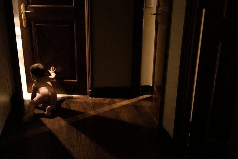 Mi hijo recorre los pasillos de la casa gateando y descubriendo.