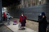 La fila para recoger alimentos que una organización sin fines de lucro distribuye en Queens, una zona en Nueva York en la que el virus ha afectado a con especial dureza a la comunidad latina. Credit Bryan Thomas/Getty Images