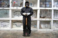 El trabajador de un cementerio municipal pen Guayaquil, Ecuador, en abril de 2020Credit...José Sánchez/Agence France-Presse — Getty Images