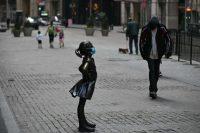 La escultura de bronce de Kristen Visbal con mascarilla, frente a la Bolsa de Nueva York. Credit Johannes Eisele/Agence France-Presse — Getty Images