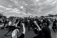 Manifestantes con la rodilla en tierra durante una concentración en Minneapolis el 11 de junio de 2020. Akhil Appu / Shuttersstock