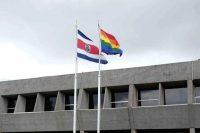 La bandera de Costa Rica ondea junto a la bandera LGBT en la residencia presidencial en San José, la capital, en mayo de 2014. Credit Jeffrey Arguedas/EPA vía Shutterstock
