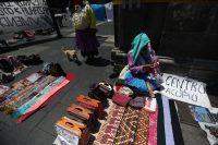 Personas indígenas cambian sus artesanías por comida en la Ciudad de México, el 5 de mayo de 2020. Muchas comunidades están en crisis por la cuarentena del COVID (Sashenka Gutierrez/EPA-EFE/Shutterstock)