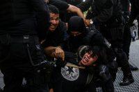 Policías de Jalisco detienen a un manifestante durante una protesta para pedir justicia por la muerte de Giovanni López. Credit Fernando Carranza/Reuters