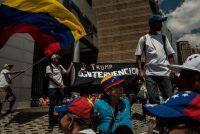 Un grupo de personas apoya a Donald Trump en Caracas en abril de 2019. Credit Meridith Kohut para The New York Times