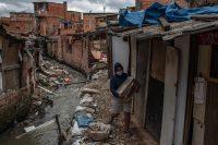Un grupo de residentes de Paraisópolis, una favela de São Paulo, se ha organizado para preparar comida y confeccionar mascarillas ante la falta de ayuda del gobierno. Credit Victor Moriyama para The New York Times
