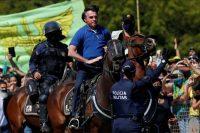 Jair Bolsonaro, el presidente de Brasil, cabalgó durante una marcha que organizaron sus seguidores el 31 de mayo en Brasilia. Credit Ueslei Marcelino/Reuters