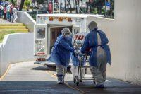 Paramédicos de la Cruz Roja llevan un paciente con COVID-19 a un hospital en Ciudad de México, el 26 de mayo de 2020. (PEDRO PARDO / AFP )