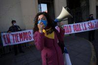 Un grupo de manifestantes reclamaron la respuesta del gobierno chileno a la pandemia el 4 de junio de 2020. Credit Alberto Valdés/EPA vía Shutterstock