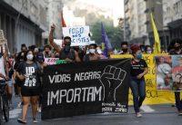 """Una pancarta que dice """"Las vidas negras importan"""" en una manifestación en Río de Janeiro este mes a raíz del asesinato de un adolescente a manos de la policíaCredit...Silvia Izquierdo/Associated Press"""