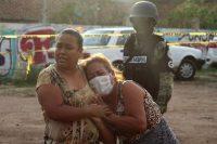 Una mujer llora afuera de un centro de rehabilitación en Guanajuato, donde fueron asesinadas 24 personas el 1 de julio de 2020. (REUTERS/Karla Ramos) (Stringer/Reuters)