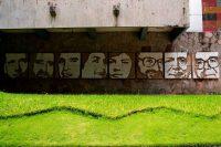 Un mural del artista Josué Villalta, en la Universidad Centroamericana de San Salvador, muestra los rostros de las seis personas asesinadas por el Ejército salvadoreño en 1989. (Yuri CORTEZ / AFP)