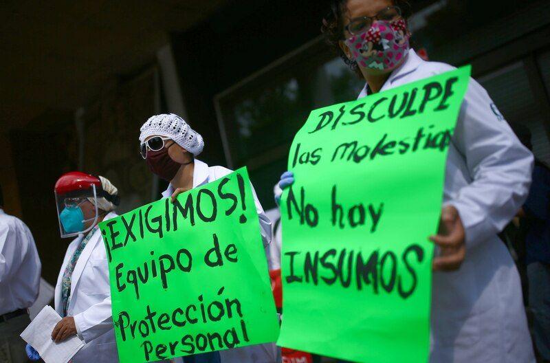 Trabajadores de la salud protestan por la falta de insumos para atender a pacientes con COVID-19, en Ciudad de México, el 1 de julio de 2020. (REUTERS/Edgard Garrido)